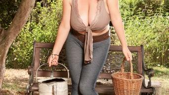 Joana in 'Garden Girl'