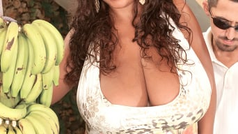 Vanessa Del in 'Busty Island Sex Goddess'